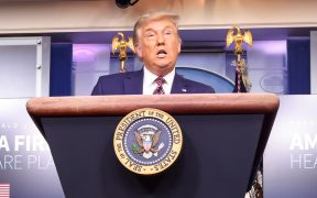 Trump busca politizar la vacuna contra Covid en medio de rebrote