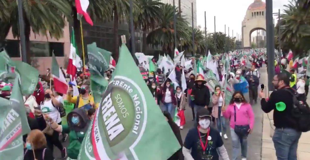 Integrantes del FRENAAA protestan en Paseo de la Reforma