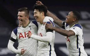 Lo Celso y Son festejan el triunfo del Tottenham sobre el Manchester City.