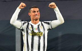 Cristiano Ronaldo celebra su doblete en el triunfo de Juventus sobre el Cagliari.
