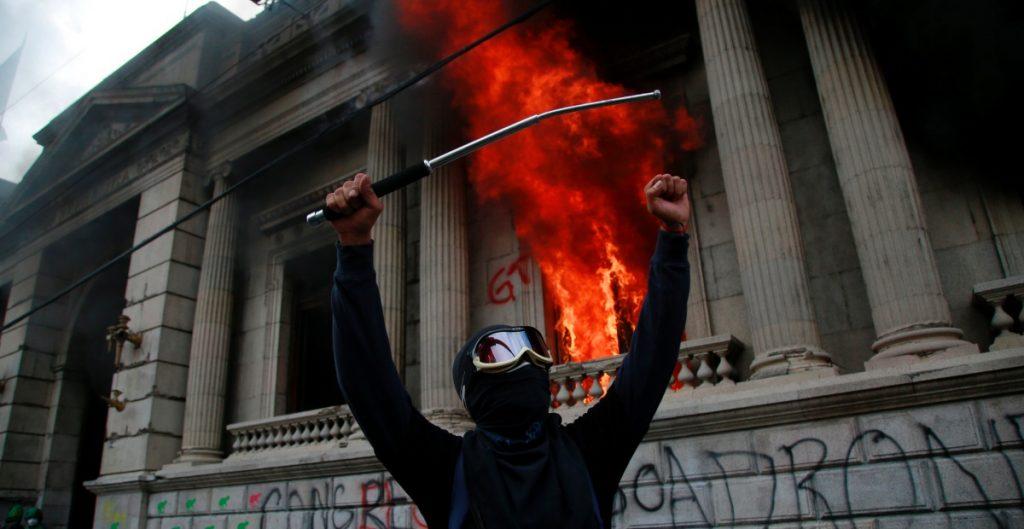 Prenden fuego al Congreso de Guatemala durante protesta contra nuevo presupuesto