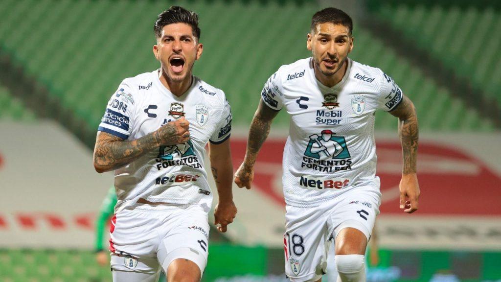 Víctor Guzmán celebra su gol, el primero de Pachuca frente a Santos Laguna.