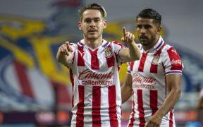 Jesús Angulo celebra el gol que le dio el triunfo a Chivas ante Necaxa y el boleto a Cuartos de Final.
