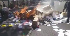 Grupo de manifestantes quema documentos del INPI; exigen vivienda digna y frenar megaproyectos de obra