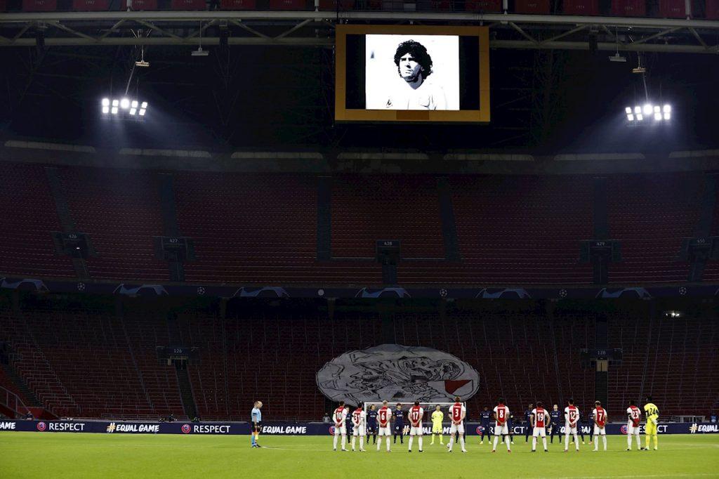 El Ajax y el FC Midtjylland guardaron un minuto de silencio en homenaje a Diego Maradona.