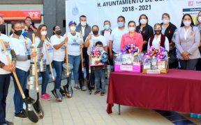 Alcaldesa de Guaymas, Sonora, regala palas a madres de desaparecidos
