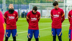 Messi, cabizbajo, durante el minuto de silencio en honor a Maradona.