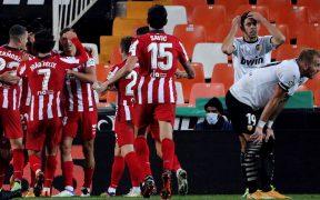 El Atlético de Madrid venció al Valencia con un autogol y sigue invicto en LaLiga.