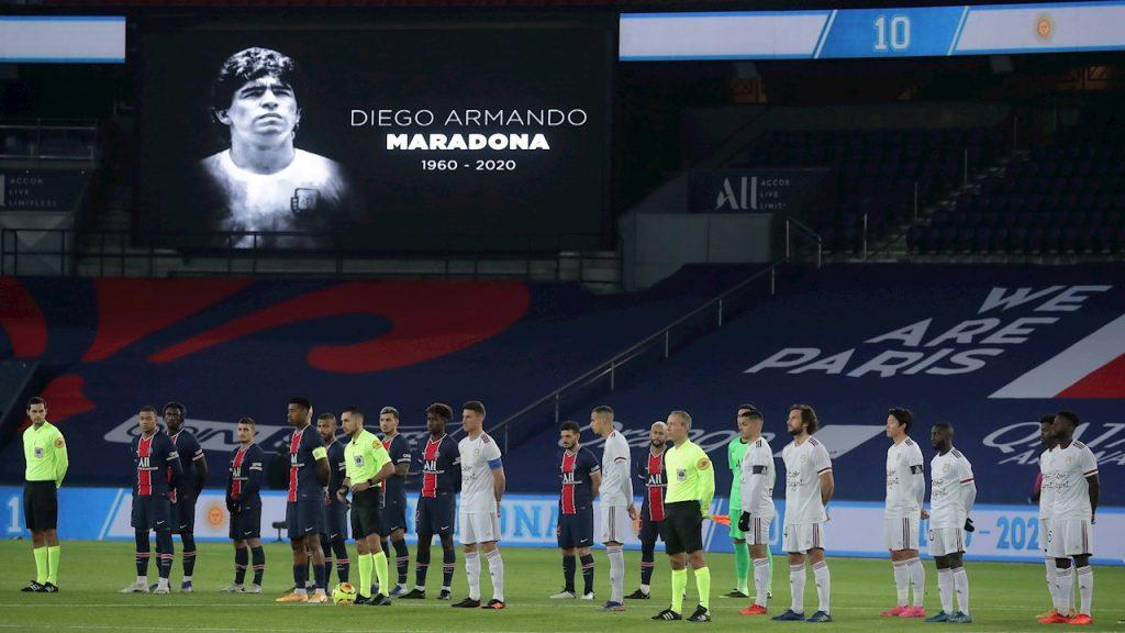 El PSG y el Bordeaux guardan un minuto de silencio en homenaje a Diego Maradona.