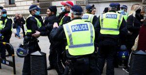 Policía de Londres detiene a más de 155 manifestantes en protestas contra restricciones de Covid