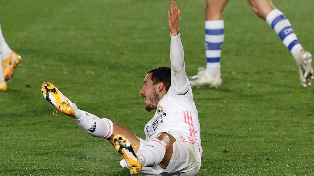 Eden Hazard reclama un penalti que no se marcó a favor del Real Madrid, que perdió ante el Alavés.