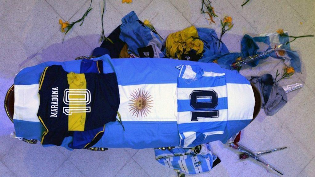 El ataúd de Maradona siempre estuvo cerrado, excepto en la funeraria, donde empleados tomaron fotografías al cuerpo.