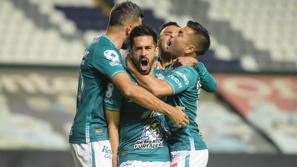 Fernando Navarro feteja el primer gol del León frente al Puebla. Foto: Mexsport.
