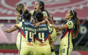 Las jugadoras del América celebran uno de los goles ante Chivas en el clásico femenil.