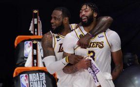 Anthony Davis y LeBron James extendieron sus contratos con los campeones Lakers. Foto: AP.