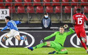 El 'Chucky' Lozano tuvo una buena oportunidad, pero el portero del AZ evitó el gol del mexicano. Foto: EFE.