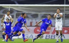 Rafael Baca celebra el segundo gol de Cruz Azul ante Pumas. Foto: Mexsport.