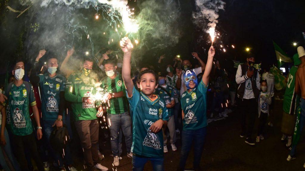 Aficionados del León recibieron al equipo sin distancia ni cubrebocas. Foto: Mexsport.