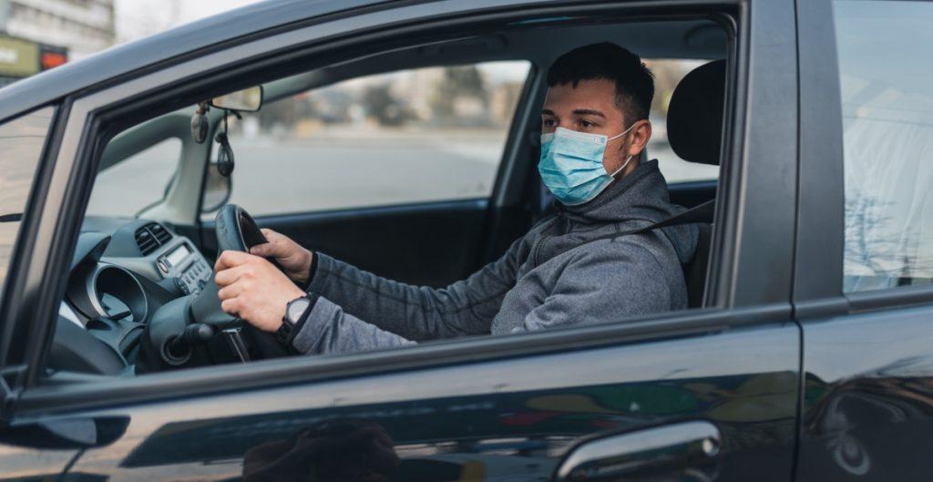 Estudio indica la mejor forma de prevenir contagios de Covid-19 en el auto