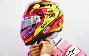 Checo Pérez presentó su casco conmemotarivo para celebrar su última carrera del año. Foto: @SChecoPerez