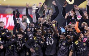 Columbus Crew celebra con el trofeo de campeón de la MLS tras vencer en la final al Seattle Sounders. Foto: Reuters