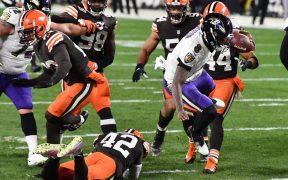 Lamar Jackson consiguió dos TD por carrera en el triunfo dramático sobre Browns. Foto: Reuters