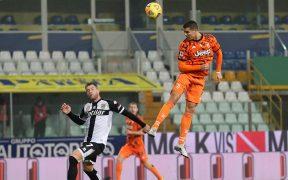 Con su increíble salto, Cristiano Ronaldo remató para su primer gol ante Parma. Foto: EFE