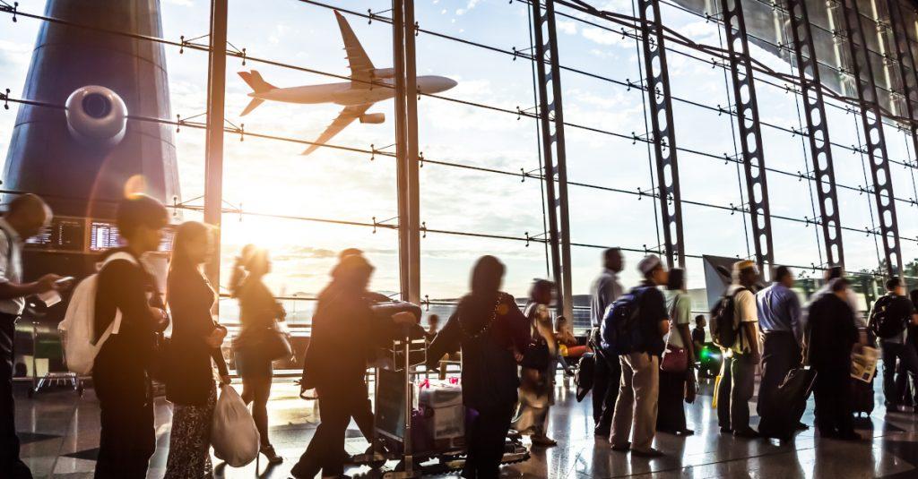 Cerrar vuelos provenientes del Reino Unido no contribuye a bajar riesgos de contagios: López-Gatell