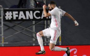 Karim Benzema festeja el segundo gol del Real Madrid en el triunfo sobre Granada. Foto: EFE