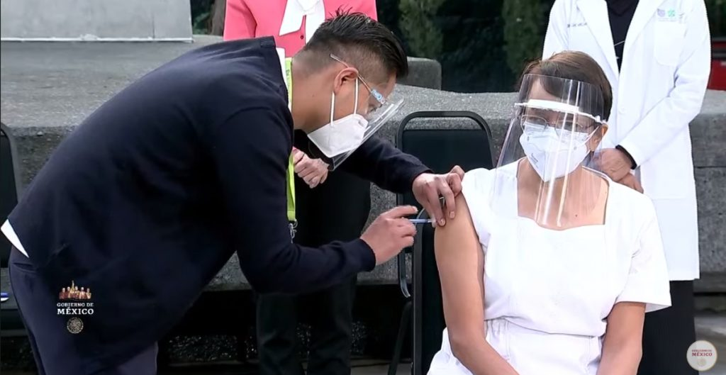 Jefa de enfermeras, de 59 años, recibe la primera vacuna contra Covid-19 en México