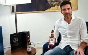 Gianluigi Buffon presumió las dos botellas que recibió por cada gol de Messi. Foto: @gianluigibuffon
