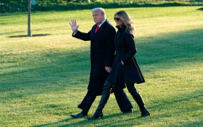 Mientras Trump juega golf, las ayudas económicas por el Covid-19 siguen en el aire