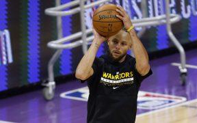 Stephen Curry es un maestro de los tiros largos y en su práctica aprovechó para imponer un impresionante récord. Foto: EFE