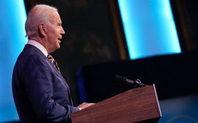 """Administración de Trump está """"muy por detrás"""" en distribución de vacunas: Biden"""