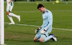 Courtois luce derrotado tras recibir el gol del 1-1 ante el Elche. Foto: EFE
