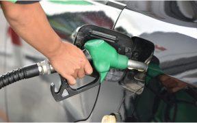 Precio promedio de premium baja un centavo a 22.19 pesos por litro, pero se vende hasta en 24.16, indica Profeco