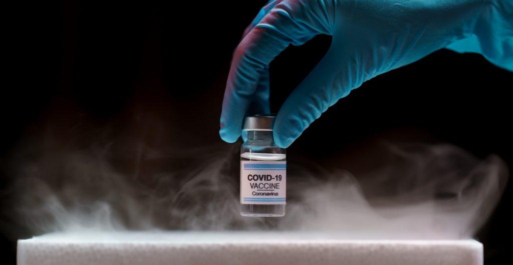 Empleado-hospital-descongela-vacunas-covid