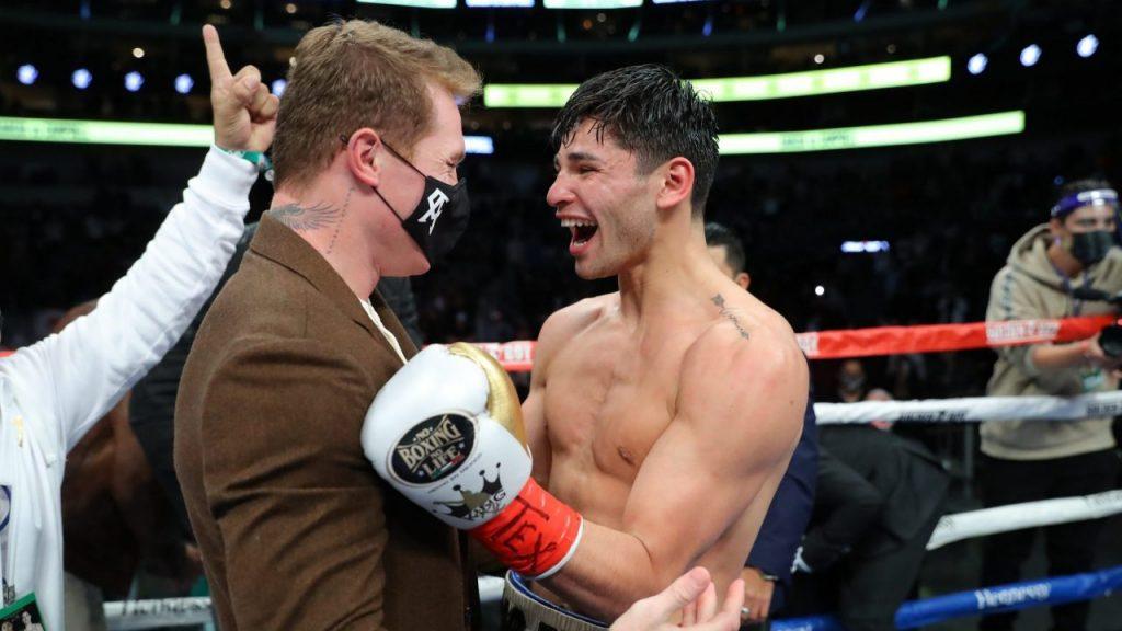 Canelo Álvarez subió al ring a felicitar a Ryan García tras su nocaut sobre Campbell. Foto: @DAZNBoxing