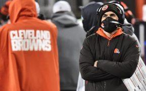 El coach Kevin Stefanski no podrá dirigir a los Browns en su regreso a playoffs. Foto: AP