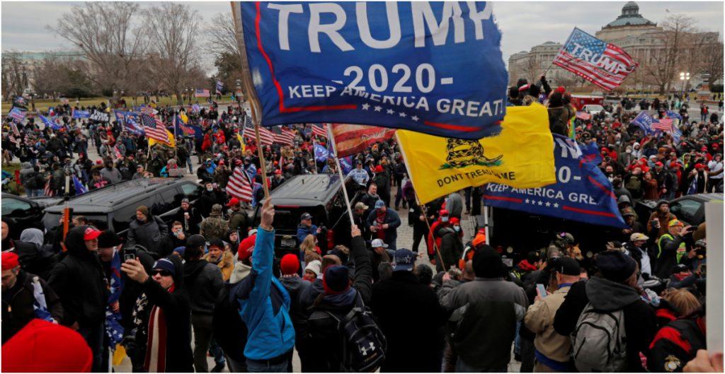 """Trump pide a manifestantes en el Capitolio """"mantener la paz e irse a casa"""", pero insiste en que le robaron la elección"""