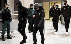 Los jugadores del Real Madrid caminan en la terminal aérea de Pamplona. Foto: EFE