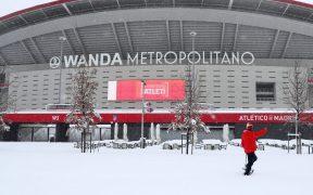 El Wanda Metropolitano, cubierto de nieve, permanece cerrado ante la fuerte nevada. Foto: Reuters