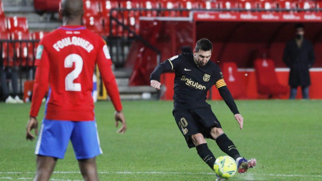 Messi logró su doblete ante Granada con este tiro libre. Foto: Reuters