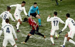 La cancha congelada de El Sadar complicó el accionar del Real Madrid. Foto: EFE