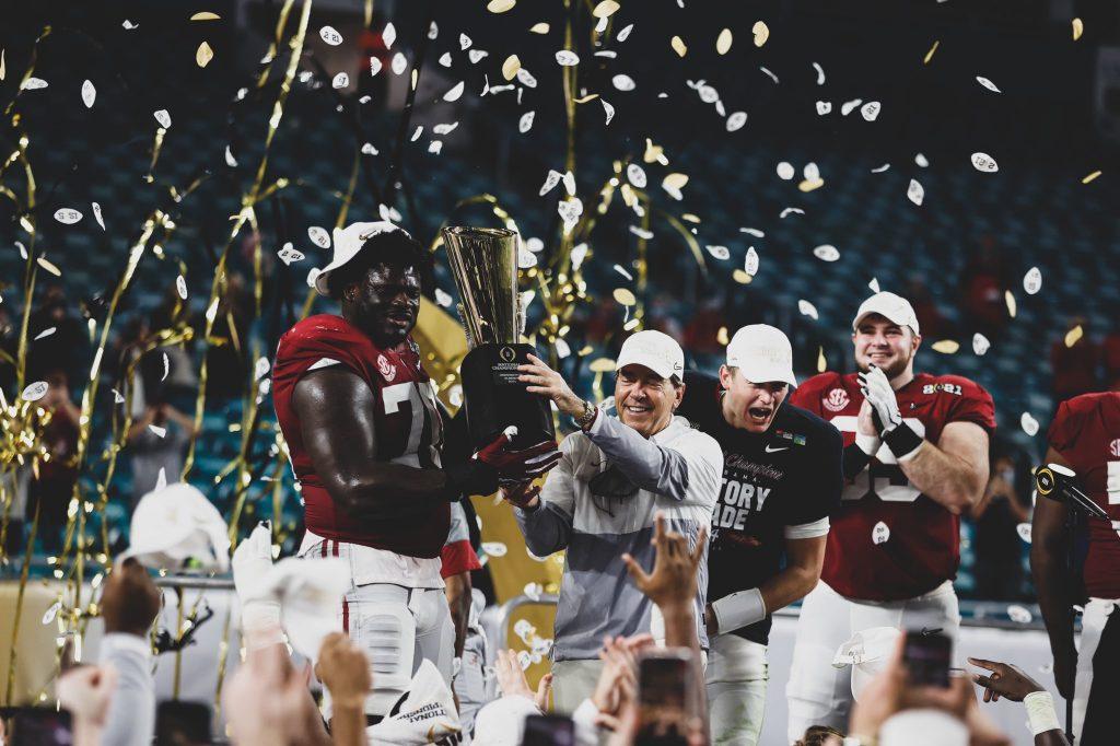 Alabama recibió el trofeo de Campeón de la NCAA tras vencer a Ohio State. Foto: @AlabamaFTBL