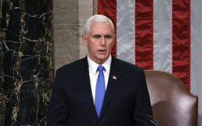 Mike Pence dice a Pelosi que no invocará la 25a Enmienda contra el presidente Trump.