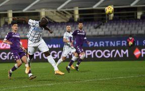 Con este cabezazo, Lukaku sentenció el triunfo del Inter sobre Fiorentina. Foto: Reuters