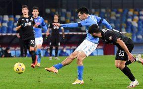 Chucky Lozano marcó así el segundo gol del Napoli. Foto: EFE