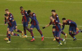 Los jugadores del Barcelona celebran el pase a la final de la Supercopa. Foto: Reuters