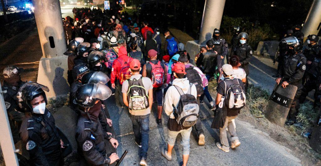 Sale caravana con más de 3 mil migrantes hondureños hacia EU